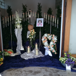 Urnendekoration am Friedhof Kürnach
