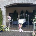 Sarg- und Edelstahldekoration in der Trauerhalle Greußenheim