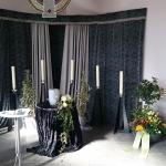 Urnendekoration in der Trauerhalle auf dem Waldfriedhof in Veitshöchheim