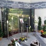 Edelstahldekoration mit Waldwand und Herz in der Trauerhalle Versbach groß