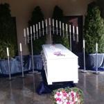 Sarg- und Edelstahldekoration in der Trauerhalle Greußenheim groß